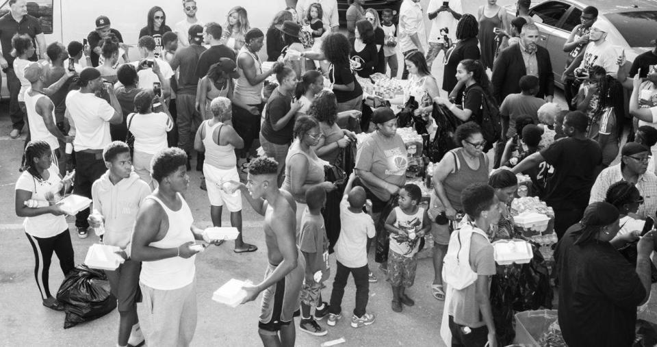 Beyoncé distribui comida em sua cidade natal para vítimas do furacão Harvey 2