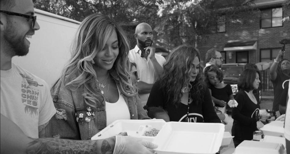 Beyoncé distribui comida em sua cidade natal para vítimas do furacão Harvey 3