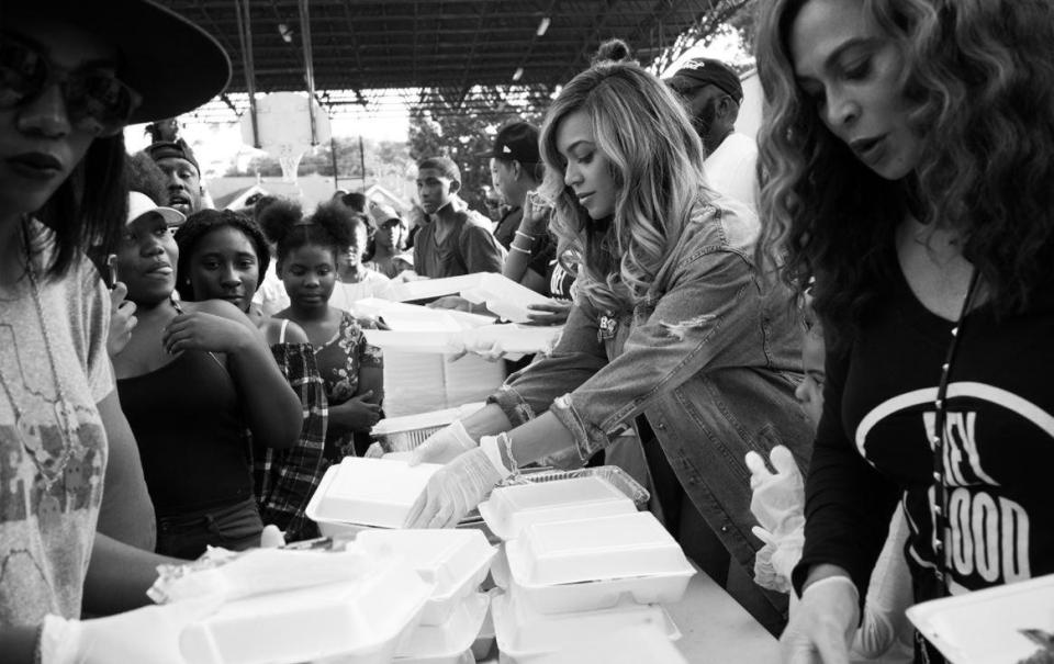 Beyoncé distribui comida em sua cidade natal para vítimas do furacão Harvey 1