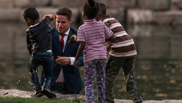 Noivo abandona ensaio fotográfico com mulher para salvar menino de afogamento 3