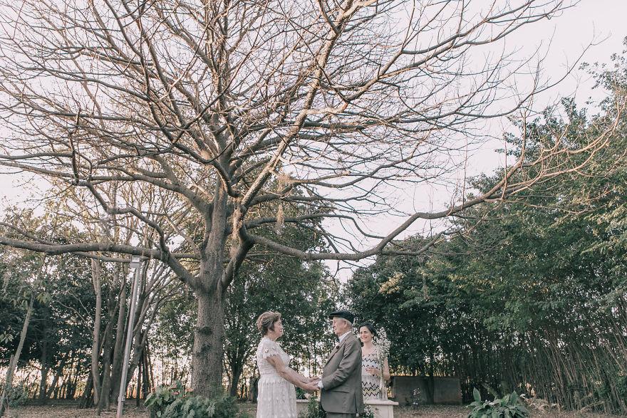 Sessenta anos depois, casal ganha fotos do dia do seu casamento 10