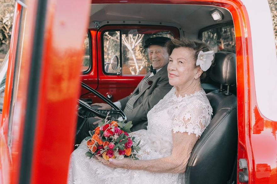 Sessenta anos depois, casal ganha fotos do dia do seu casamento 12