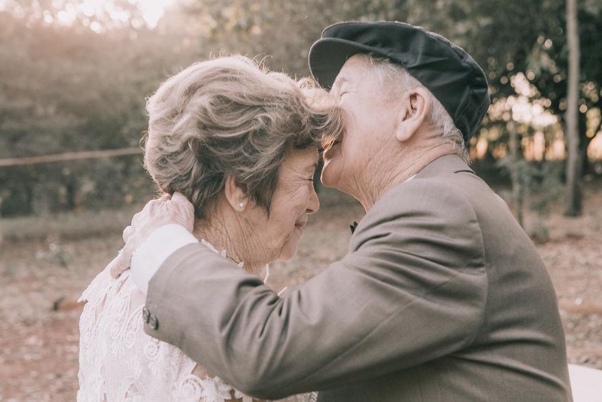 Sessenta anos depois, casal ganha fotos do dia do seu casamento 13