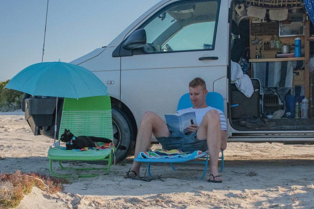 Homem larga tudo para viajar pela Austrália com sua gatinha de estimação 2