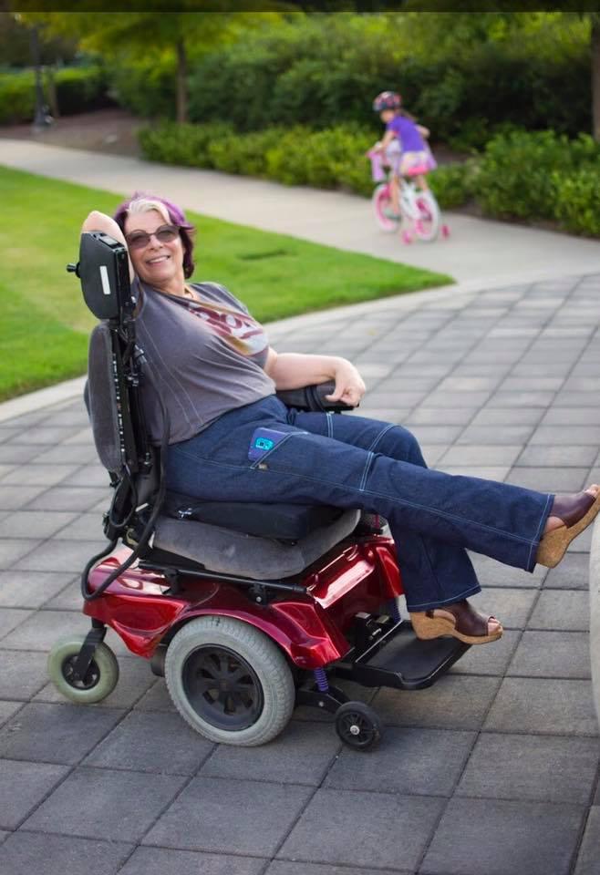Estilista paraplégica cria jeans para deficientes físicos 4