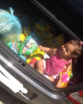 Mãe celebra aniversário de 1 ano da filha ajudando abrigo de animais 1