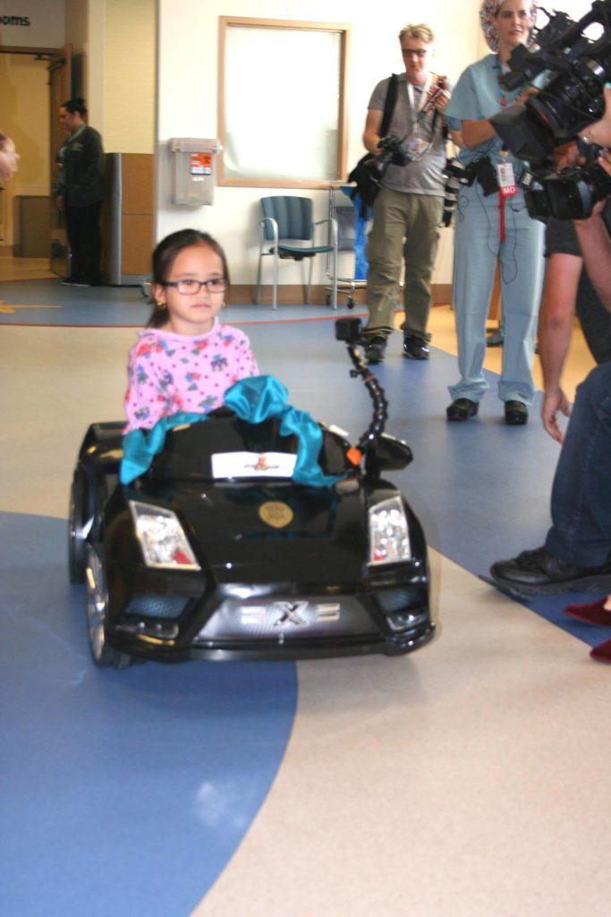 Hospital dos EUA deixa crianças dirigirem carros de brinquedos até a sala de cirurgia 3