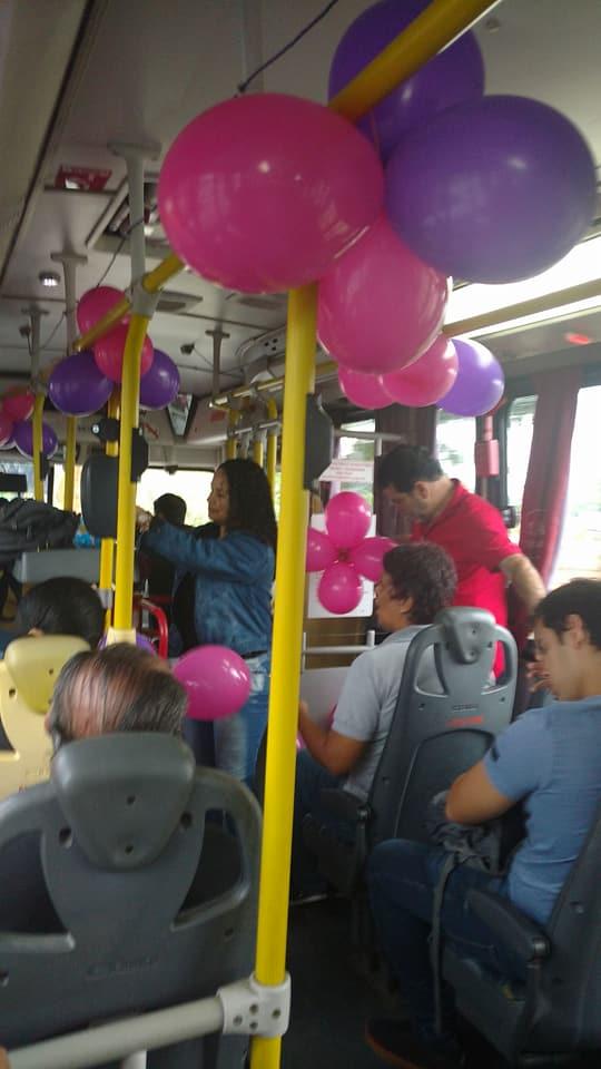 Passageiros de ônibus fazem chá de fraldas para vendedora ambulante 1