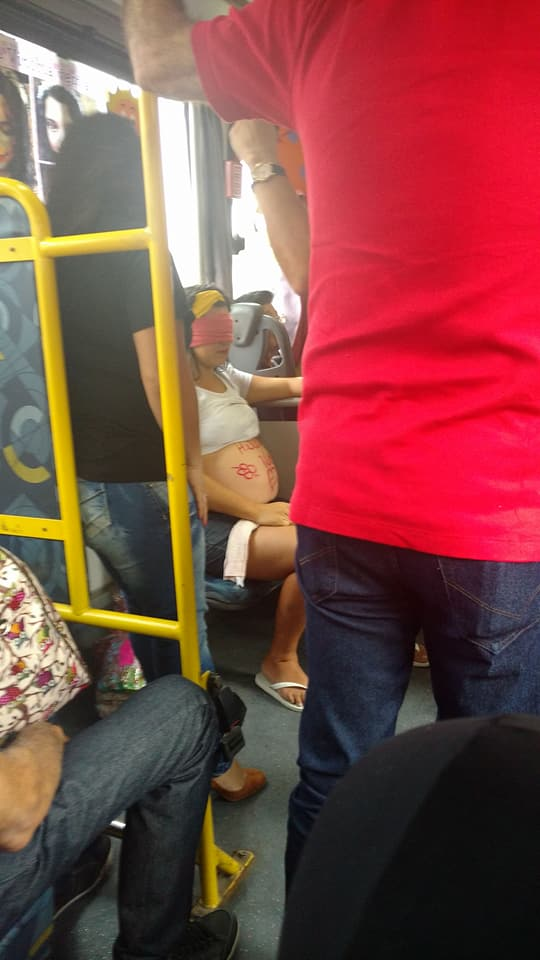 Passageiros de ônibus fazem chá de fraldas para vendedora ambulante 7