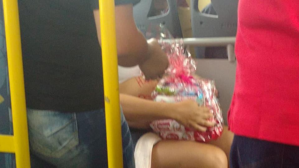 Passageiros de ônibus fazem chá de fraldas para vendedora ambulante 5