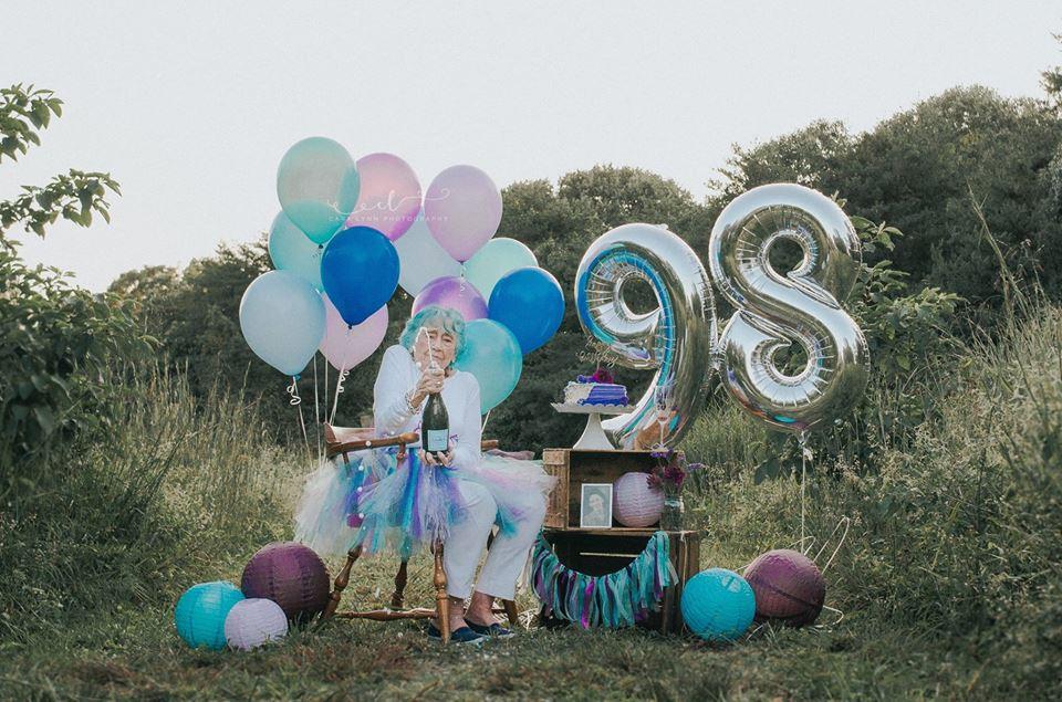 Senhora celebra aniversário de 98 anos como uma criança que completa 7 2