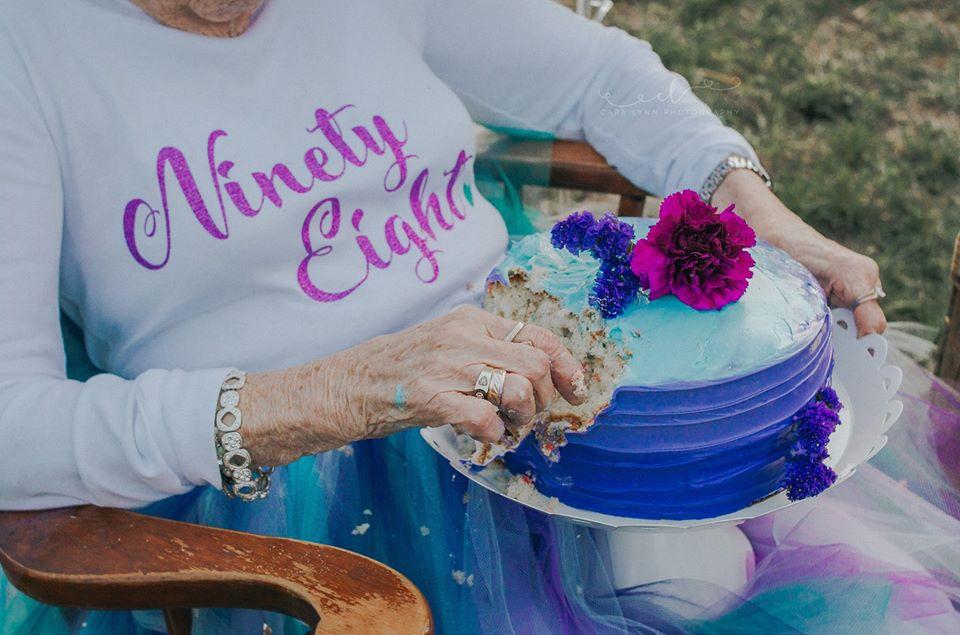 Senhora celebra aniversário de 98 anos como uma criança que completa 7 1