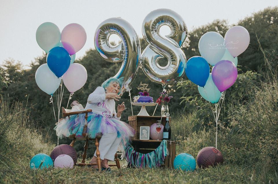 Senhora celebra aniversário de 98 anos como uma criança que completa 7 6