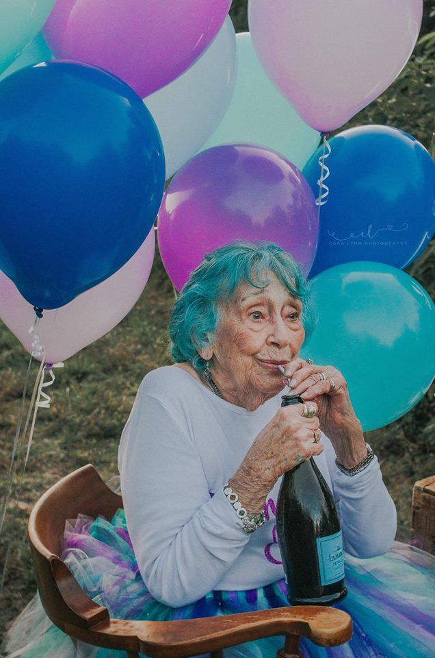 Senhora celebra aniversário de 98 anos como uma criança que completa 7 5