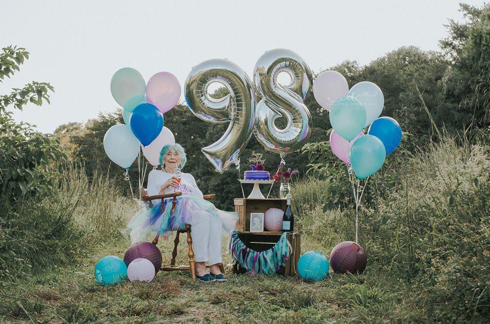 Senhora celebra aniversário de 98 anos como uma criança que completa 7 8