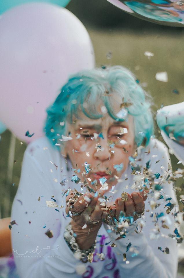 Senhora celebra aniversário de 98 anos como uma criança que completa 7 4