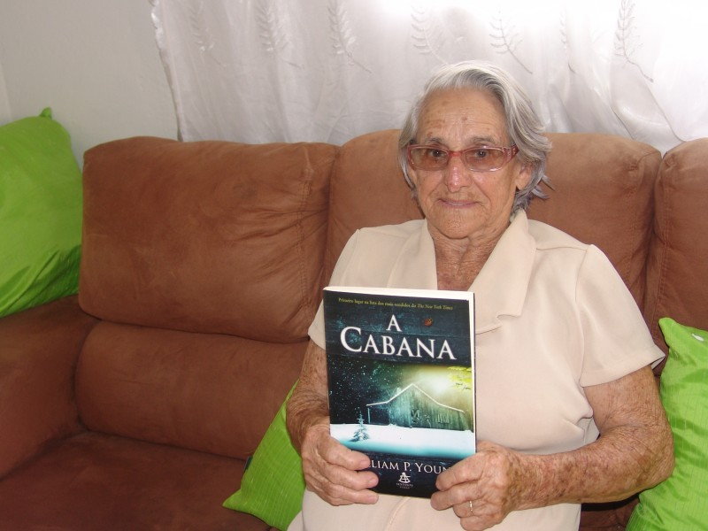 Mulher de 84 anos se dedica inteiramente a leitura e lê um livro por semana 2