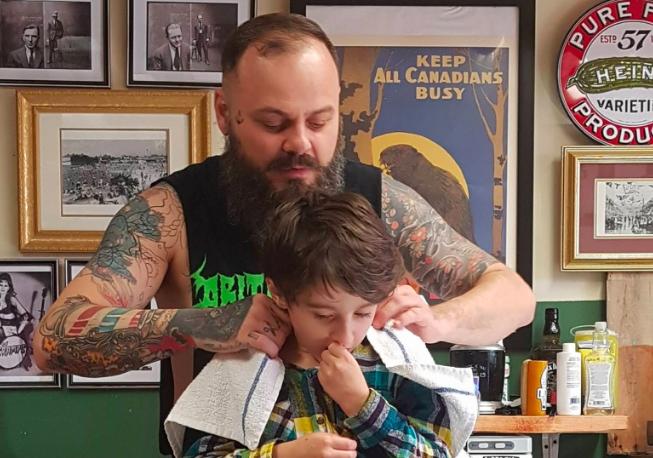 Barbeiro canadense dá atendimento especial para crianças autistas, mostrando o real significado da palavra empatia 6