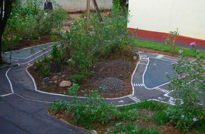 Morador do Paraná transforma jardim em miniatura de trânsito para presentear sobrinhos 1