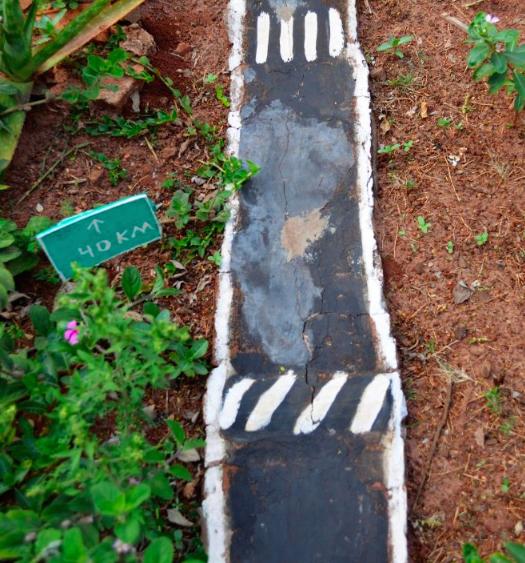 Morador do Paraná transforma jardim em miniatura de trânsito para presentear sobrinhos 5