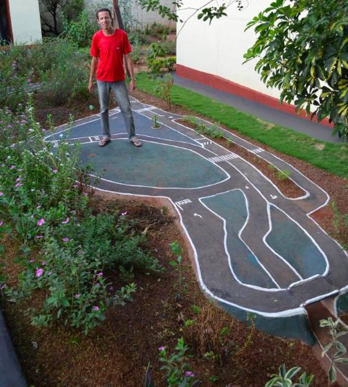 Morador do Paraná transforma jardim em miniatura de trânsito para presentear sobrinhos 3