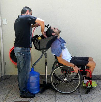 Cabeleireiro cria salão móvel para atender pessoas com deficiência em casa 4