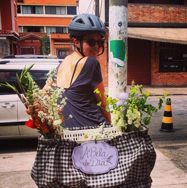 Para inserir cores no cotidiano, A Bela do Dia entrega flores a bordo de uma bike em SP 3