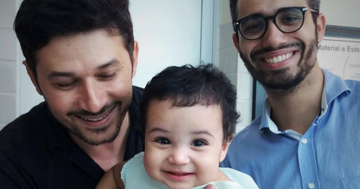 Casal gay comove internautas após conseguir guarda definitiva do seu filho 1