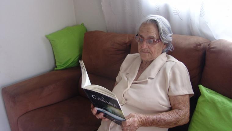 Mulher de 84 anos se dedica inteiramente a leitura e lê um livro por semana 3