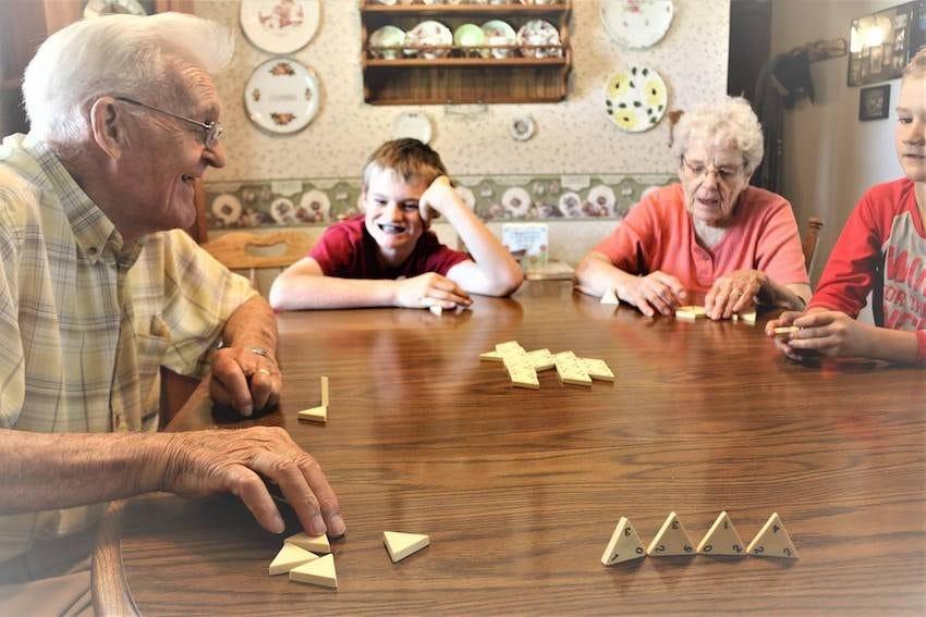 Neta fotografa avós sem que eles soubessem para capturar seu amor atemporal 11
