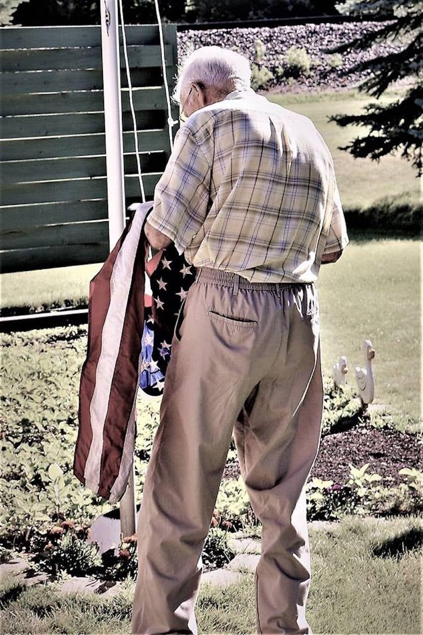 Neta fotografa avós sem que eles soubessem para capturar seu amor atemporal 12