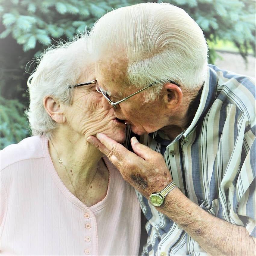 Neta fotografa avós sem que eles soubessem para capturar seu amor atemporal 3