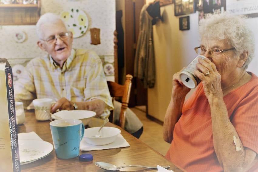 Neta fotografa avós sem que eles soubessem para capturar seu amor atemporal 6