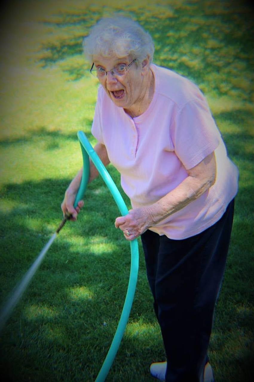 Neta fotografa avós sem que eles soubessem para capturar seu amor atemporal 9