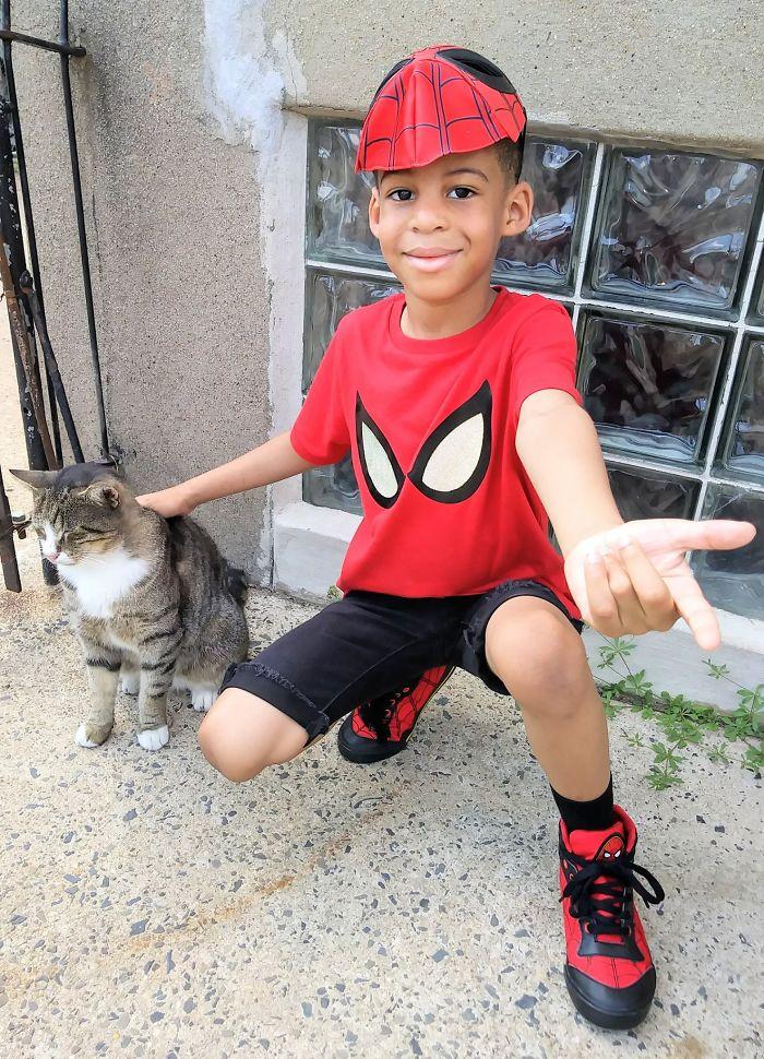 Menino de 5 anos se fantasia de super-herói e ajuda gatos de rua 3