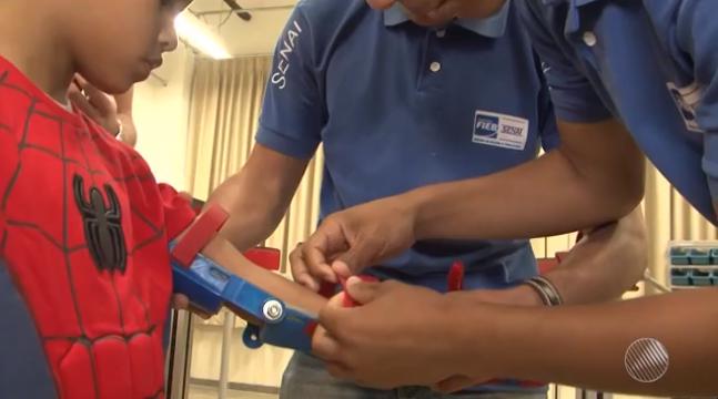 Garoto que nasceu sem uma das mãos na Bahia, ganha prótese personalizada do Homem Aranha 3