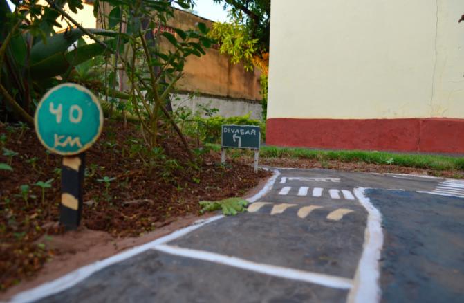 Morador do Paraná transforma jardim em miniatura de trânsito para presentear sobrinhos 4