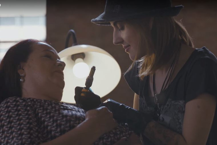 Tatuadora resgata a autoestima de mulheres sobreviventes do câncer 1