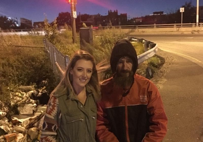 Mulher arrecada 200 mil dólares para morador de rua que deu a ela seus últimos 20 3