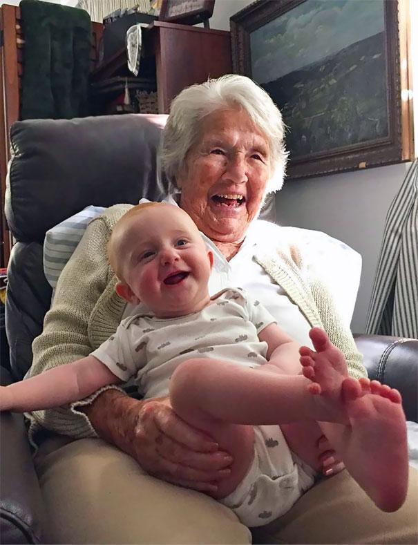 Essas fotos de avós conhecendo seus netos irão animar a sua semana 1