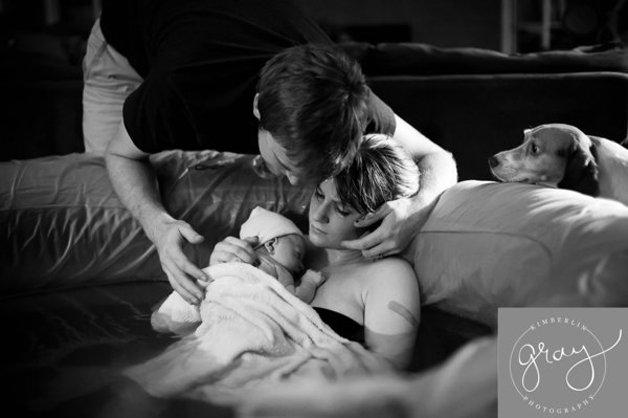 10 fotos apaixonantes de cães acompanhando o parto de suas donas 7