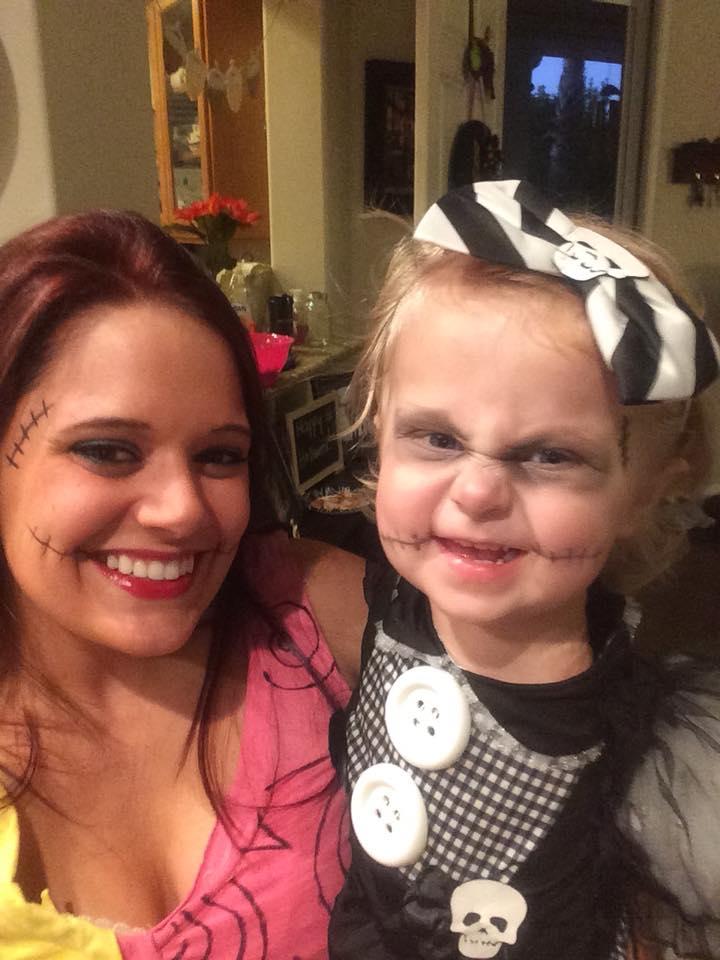 Mãe faz fantasias incríveis de Halloween para sua filha que teve o braço amputado 3