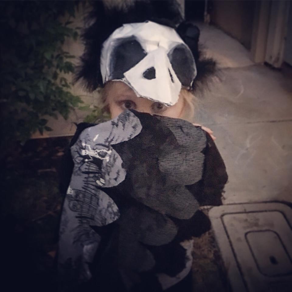 Mãe faz fantasias incríveis de Halloween para sua filha que teve o braço amputado 9