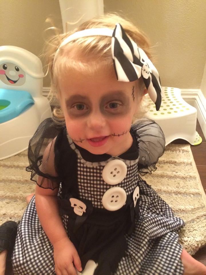 Mãe faz fantasias incríveis de Halloween para sua filha que teve o braço amputado 4