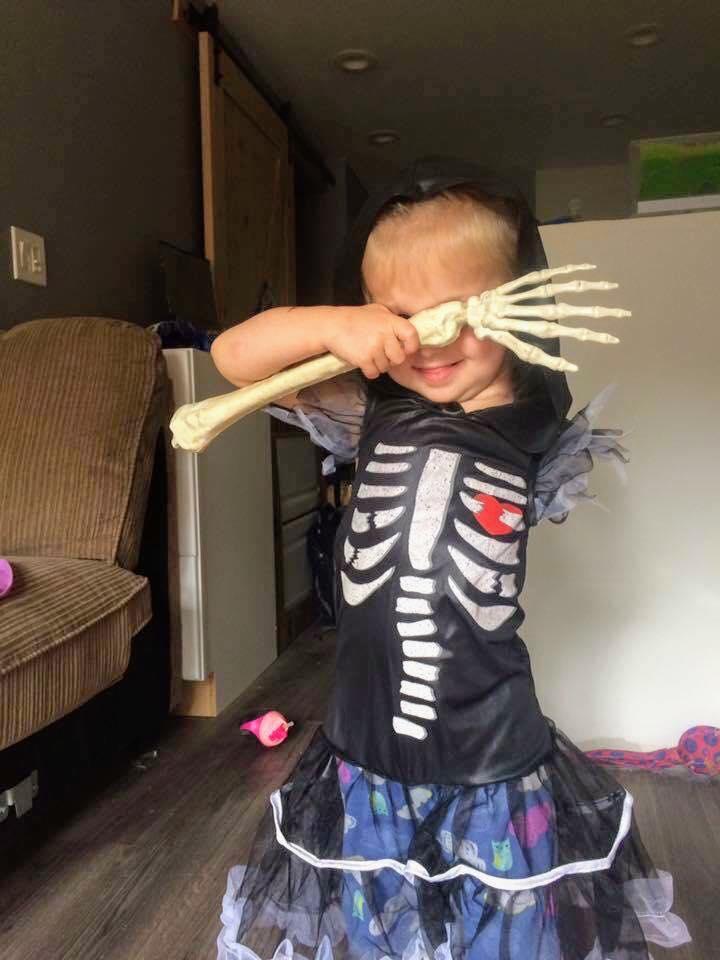 Mãe faz fantasias incríveis de Halloween para sua filha que teve o braço amputado 7