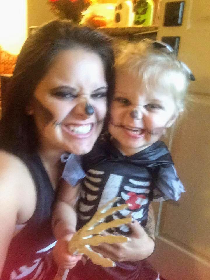 Mãe faz fantasias incríveis de Halloween para sua filha que teve o braço amputado 6
