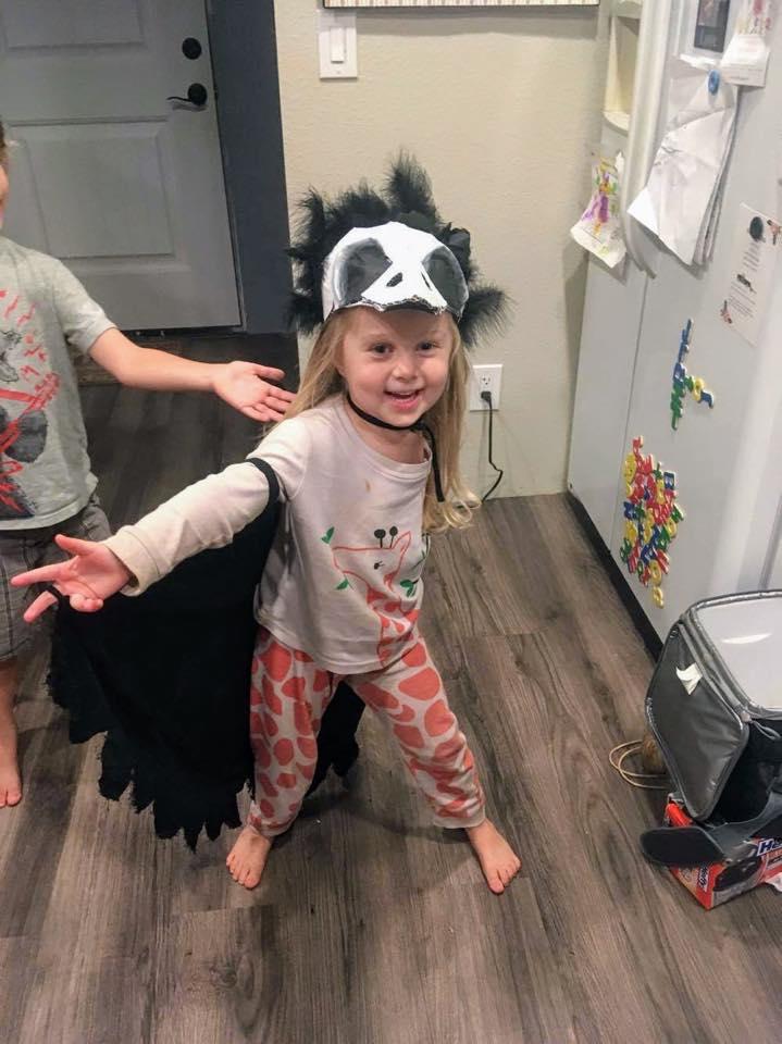 Mãe faz fantasias incríveis de Halloween para sua filha que teve o braço amputado 8