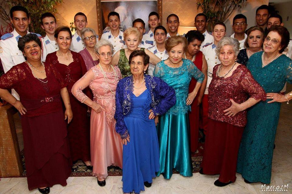 Alunos do Colégio Militar de Santa Maria visitam asilo e dançam valsas com idosas 2