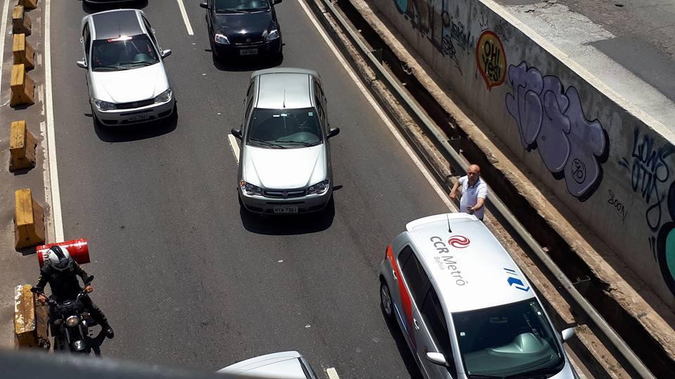 Jovem que deixou dinheiro voar conta com a honestidade dos pedestres em Salvador 1