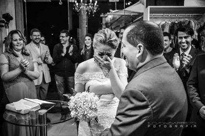 Ela pensou que iria provar um vestido para um desfile, mas na verdade era seu casamento surpresa! 3